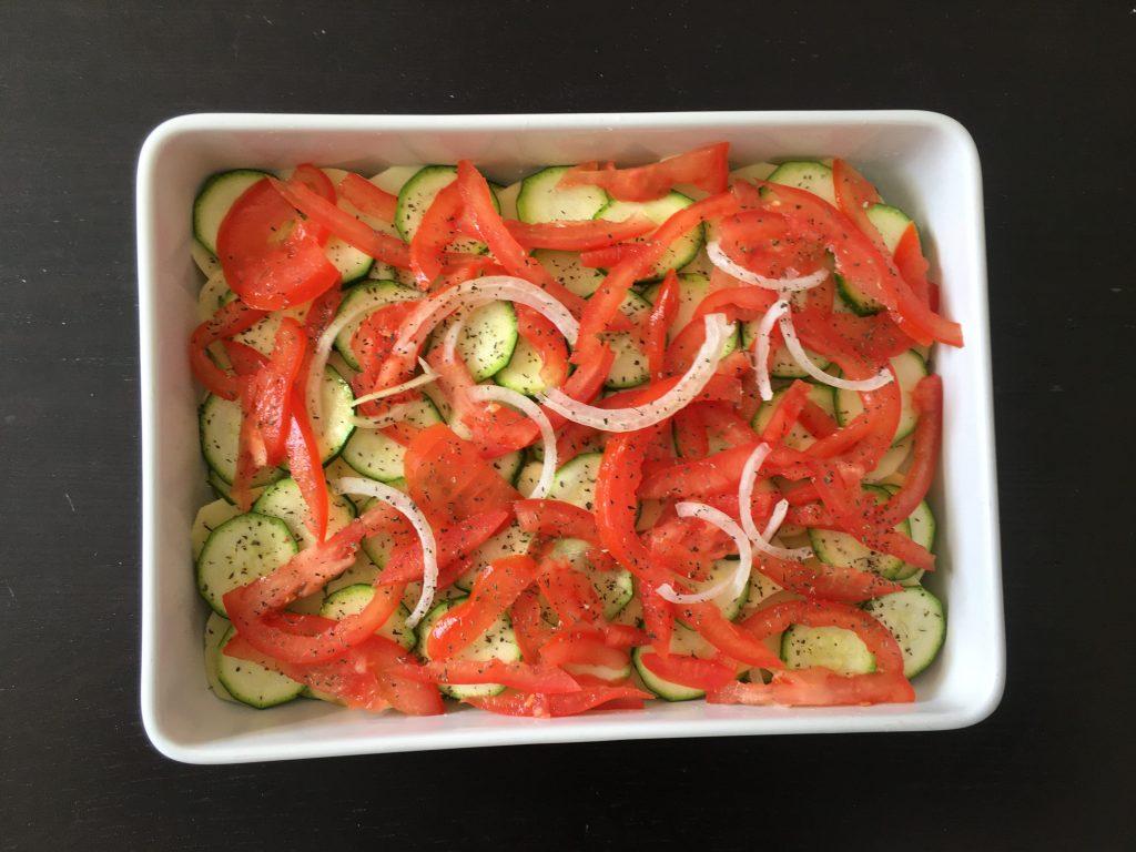 teglia di verdure da cuocere con pomodori e zucchine e patate
