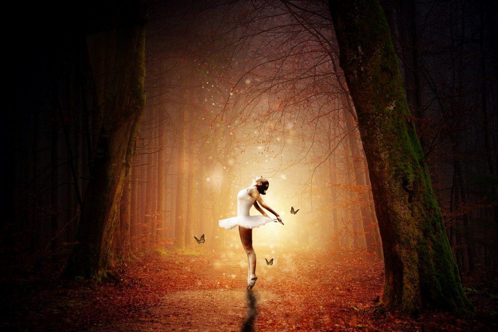 una ballerina in tutu bianco che danza in una foresta illuminata da lucciole e farfalle