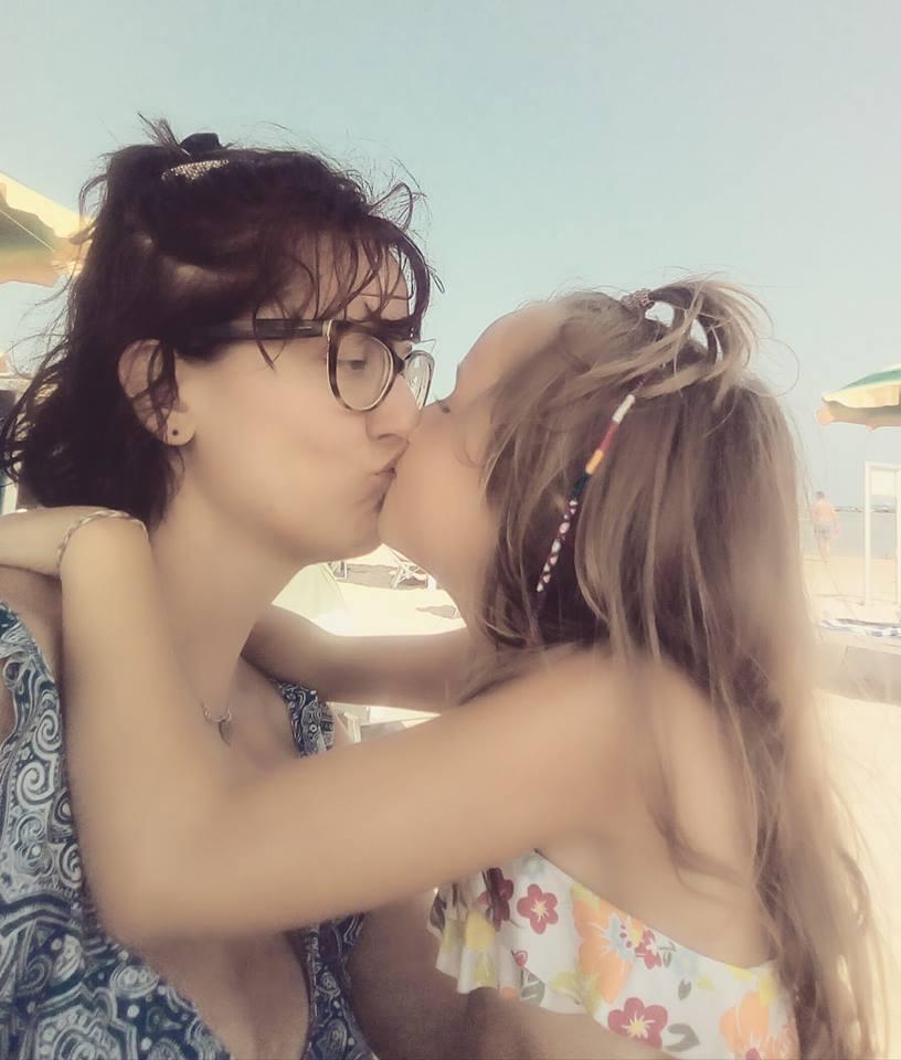 Alice e sua madre Lucia si scambiano un bacio spontaneo e affettuoso