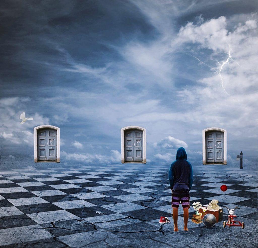 un uomo di spalle, con accanto oggetti della sua infanzia, su un pavimento a scacchiera ha davanto a sè tre porte su uno sfondo che è il  cielo