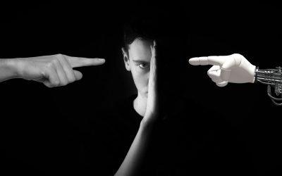 il volto di un ragazzo diviso a metà dove a sinistra una mano ne indica il viso e a destra un braccio meccanico ugualmente indica il viso ma oscurato