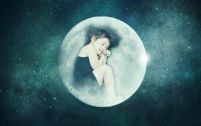 bambina che dorme serena rannicchiata dentro la luna