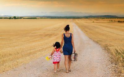 Una madre e una figlia in un lungo cammino si tengono per mano per affrontarlo insieme