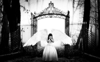 una donna angelo che si copre il viso come per piangere scacciata dal paradiso cn alle spalle un enorme cancello, immagine in bianco e nero