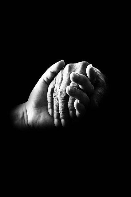 Due mani si danno aiuto e sostegno