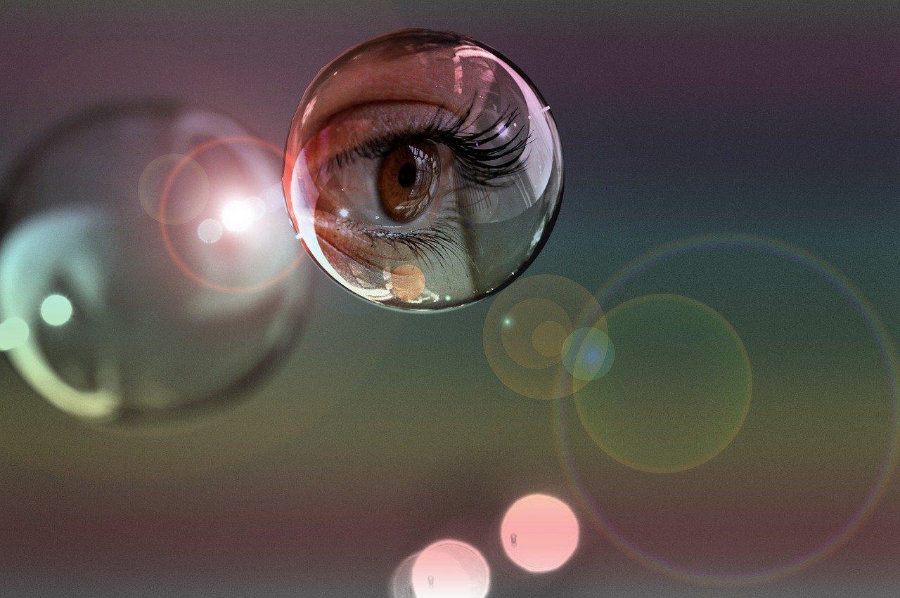 occhio riflesso in una bolla