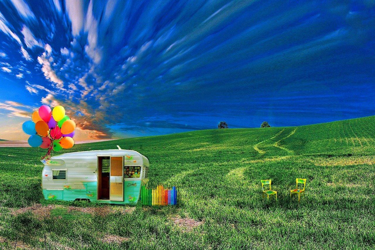 caravan con palloncini in un prato