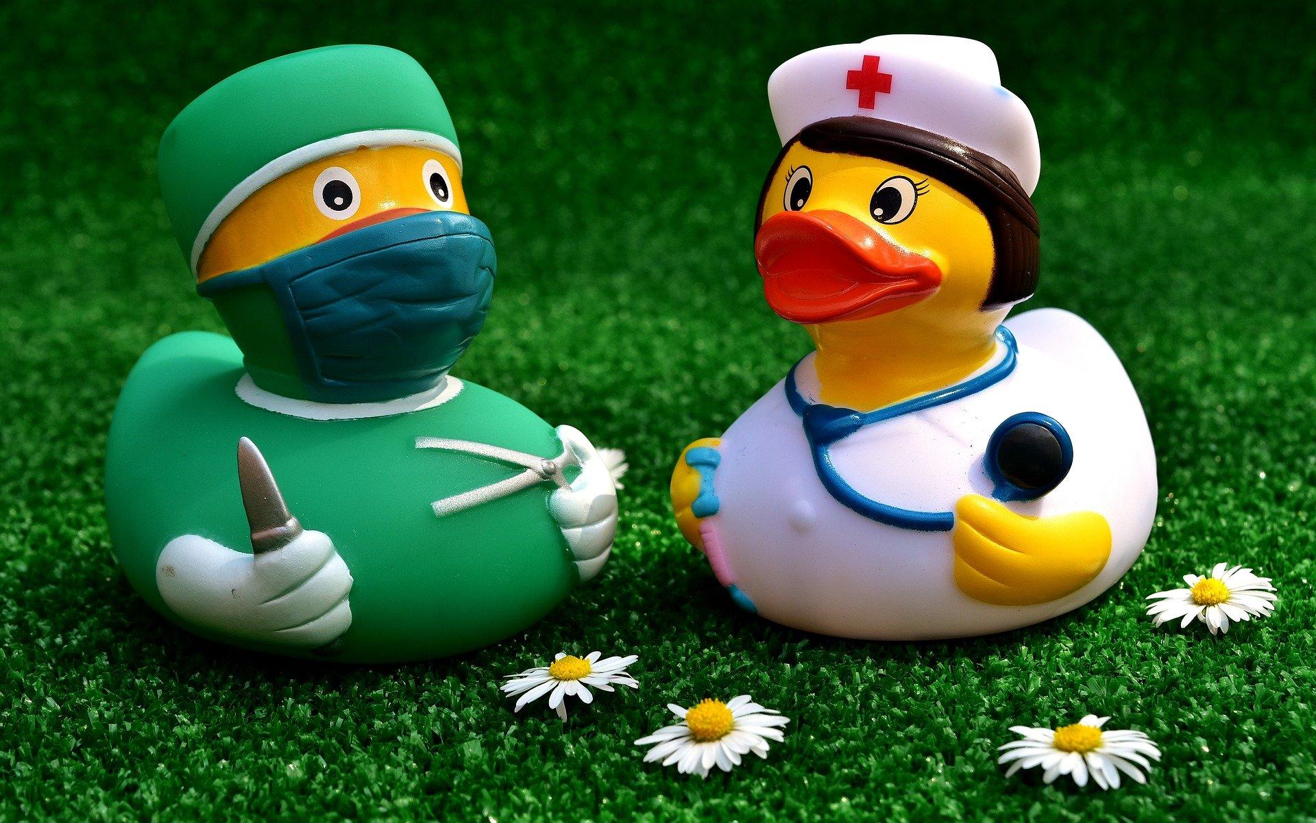 paperelle di plastica dottore e infermiera