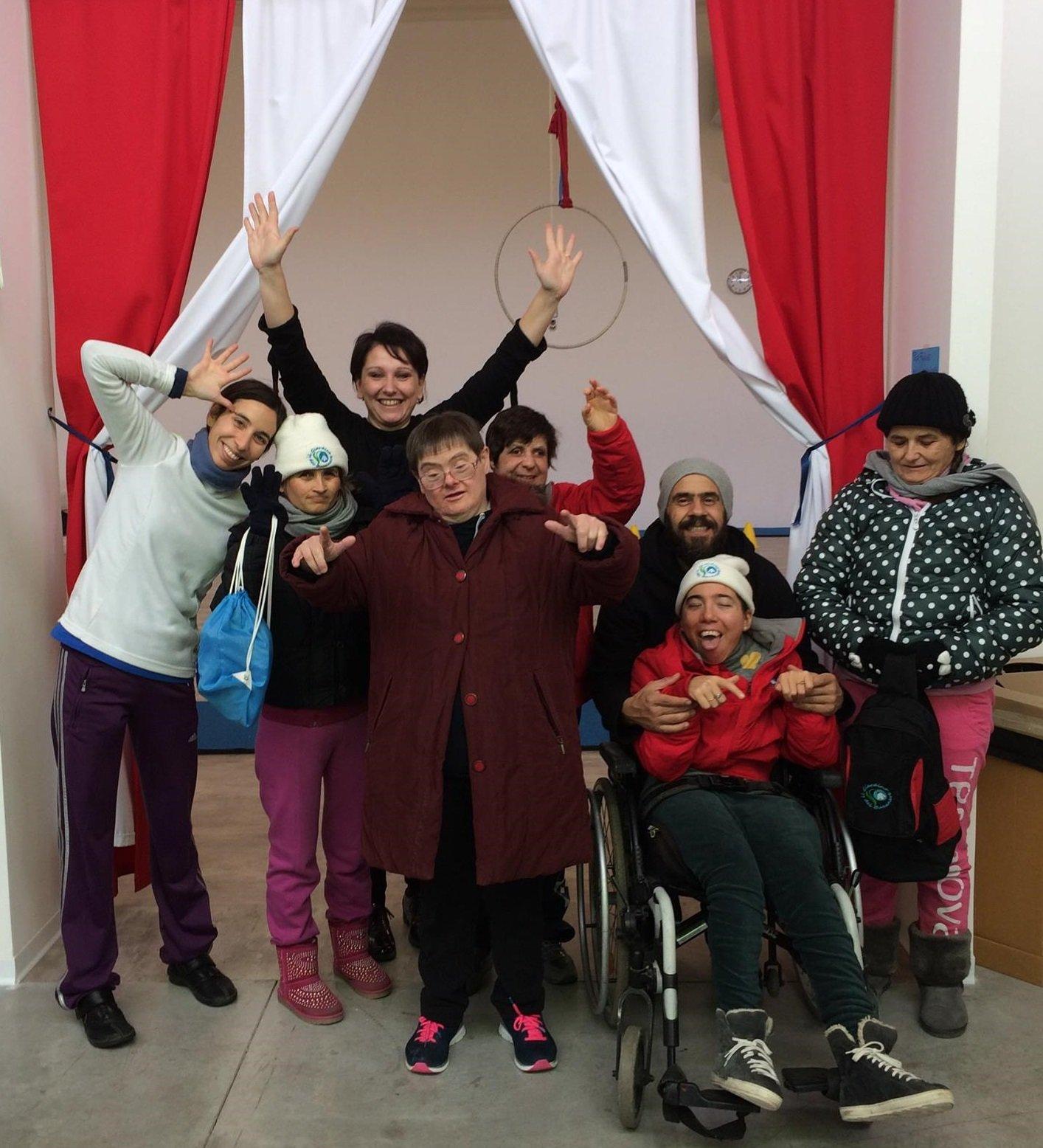 romina in mezzo ai ragazzi disabili dell'associazione