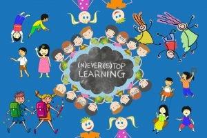 bimbi stilizzati intorno a una lavagna a forma di nuvola con scritto never stop learning