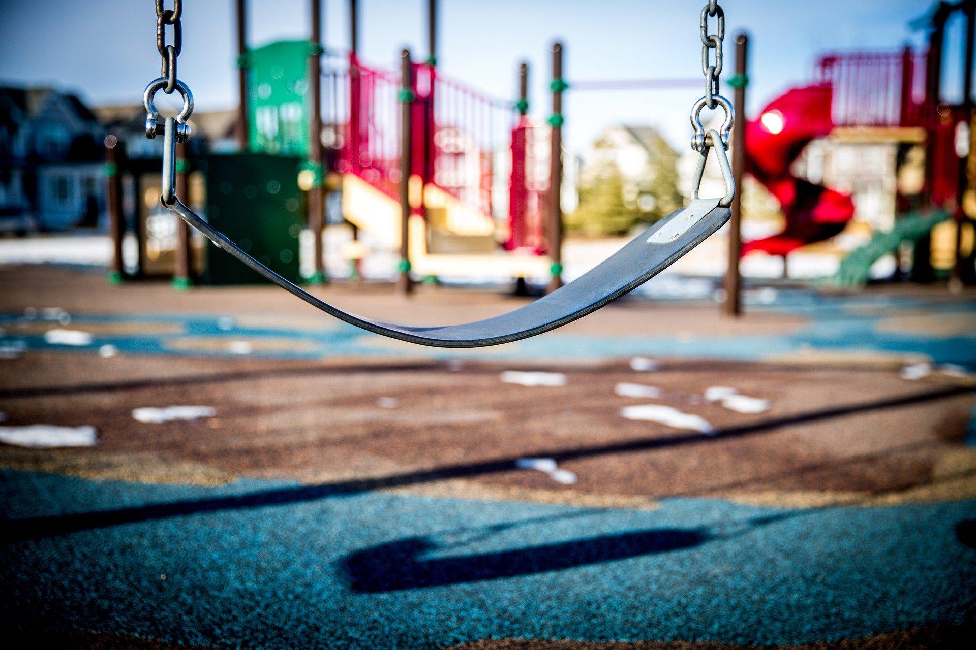 altalena vuota in un parco giochi
