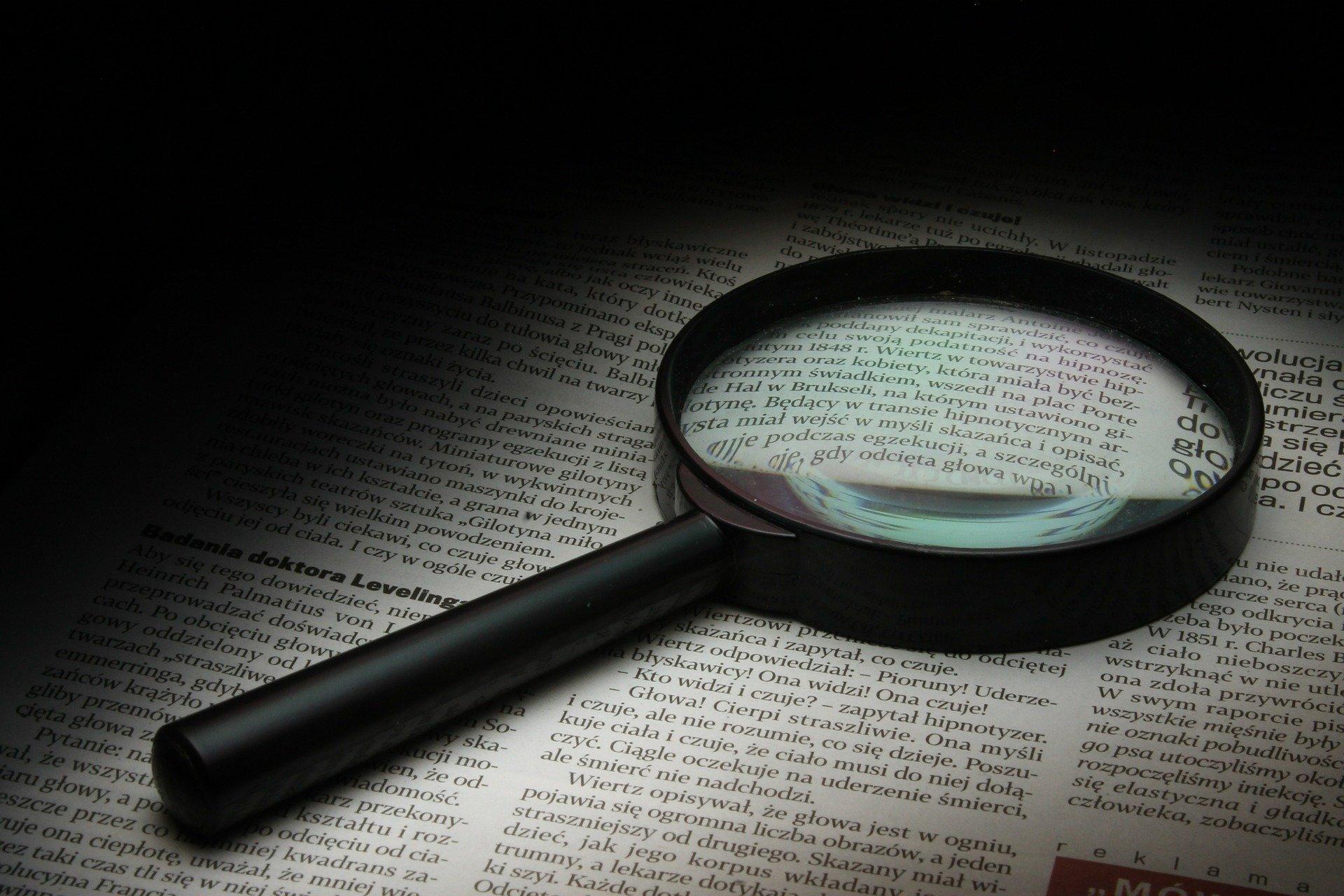 lente di ingrandimento sopra un libro aperto
