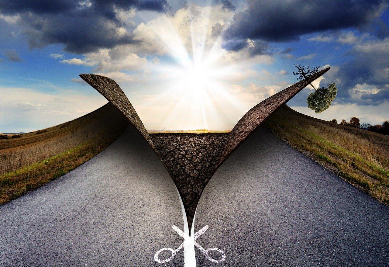 delle forbici immaginarie tagliano in due una strada e aprono a nuovi itinerari
