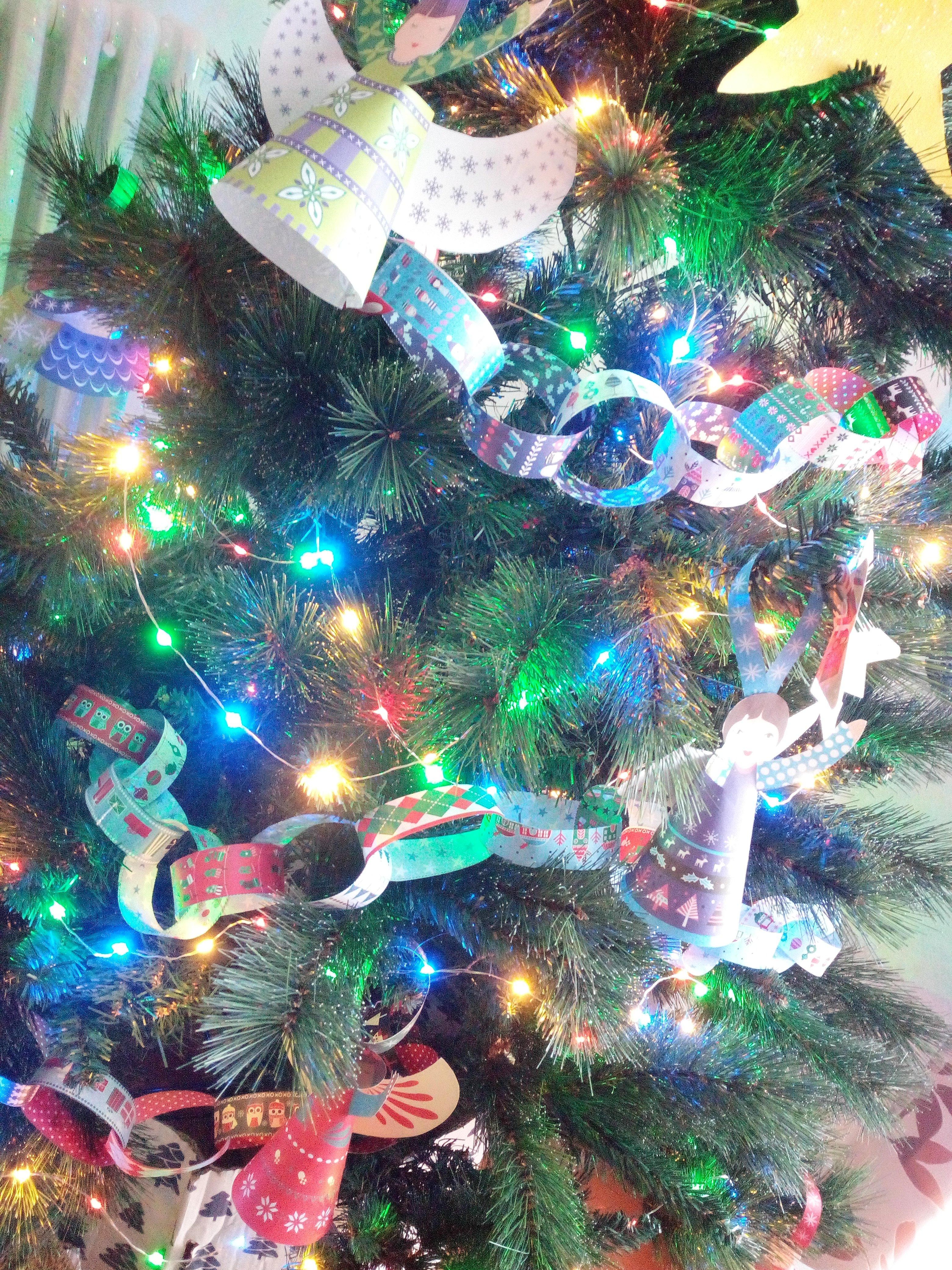 dettaglio di una lbero di Natale con decori in carta