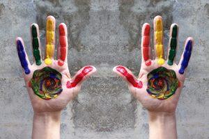 due mani aperte variopinte