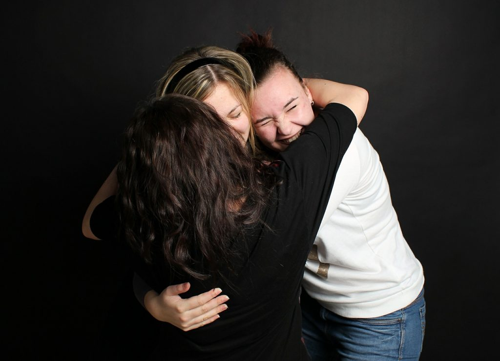 tre ragazze che si abbracciano felici