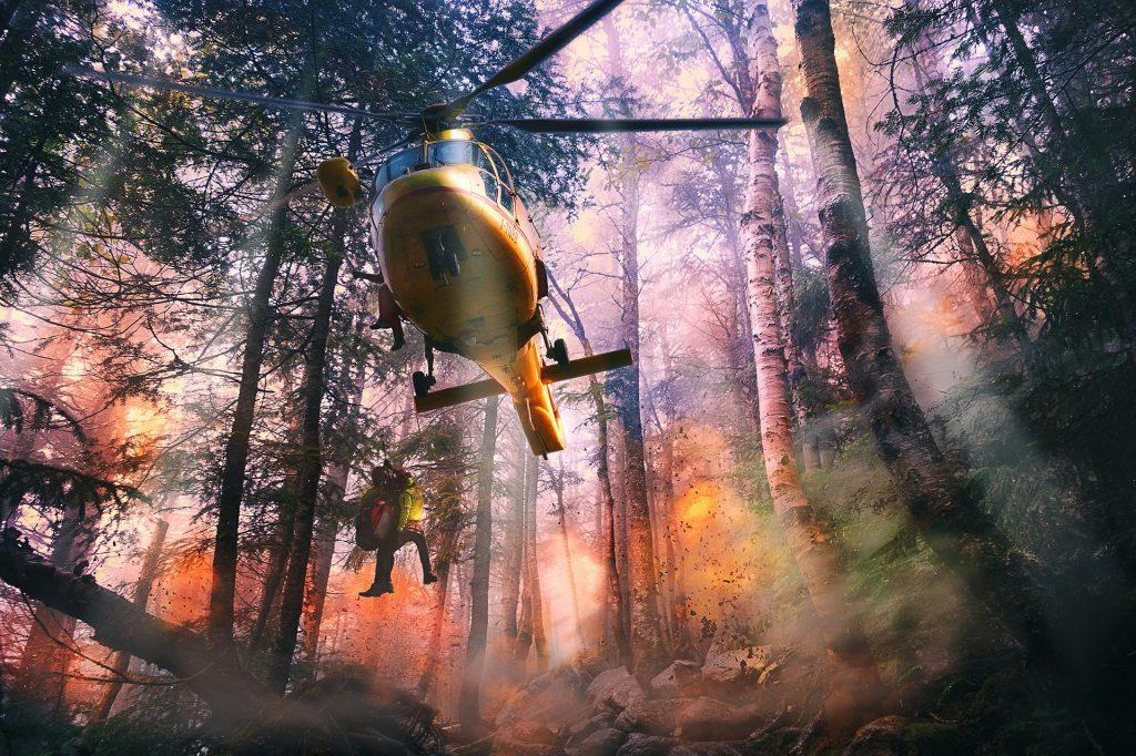 un elicottero in una operazione di soccorso nella foresta