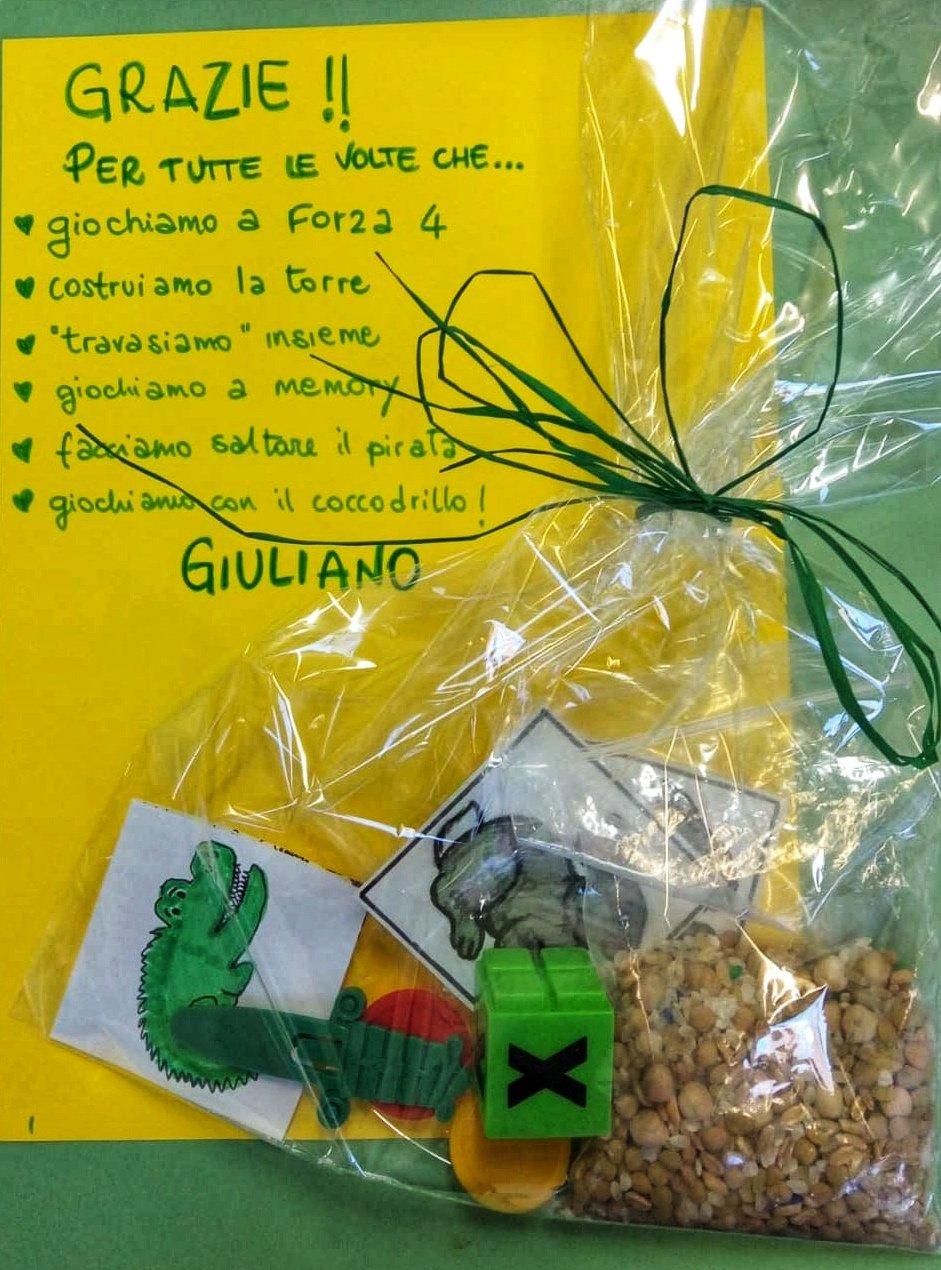 un biglietto da parte di Giuliano con un sacchetto in cui simbolicamente ha messo tutte le attività che fa insieme ai suoi compagni di scuola