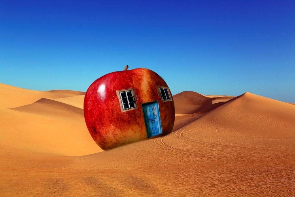 casa a forma di mela in mezzo al deserto