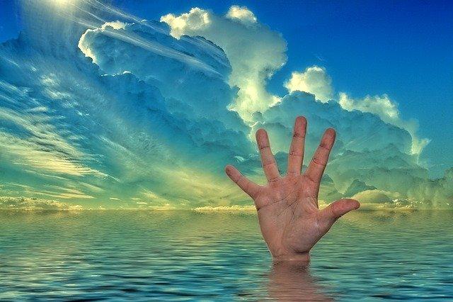 una mano chiede disperato aiuto mentre la persona rischia di annegare