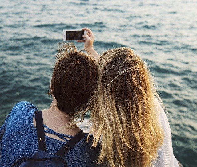 Due ragazze si scattano un selfie al mare