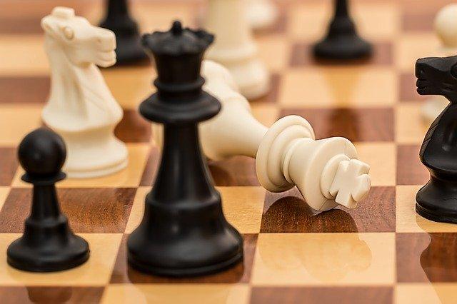 Due pedine degli scacchi si scontrano con rivalità