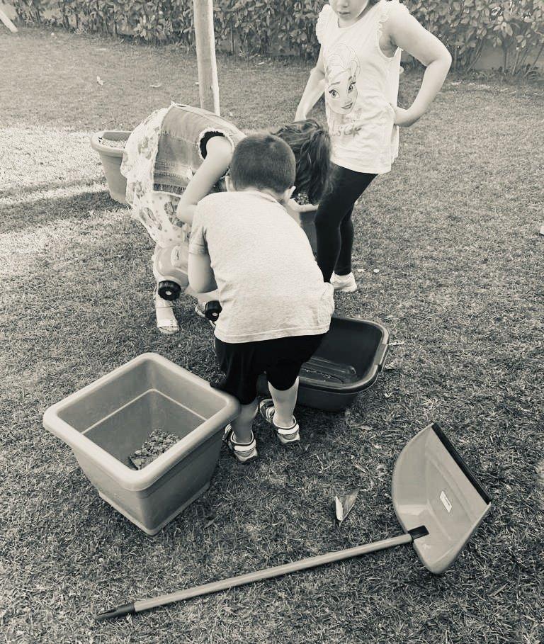bambini che giocano tra palette e vasi