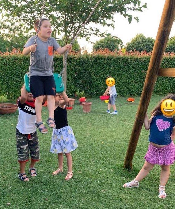 giuliano sull'altalena spinto dai bambini