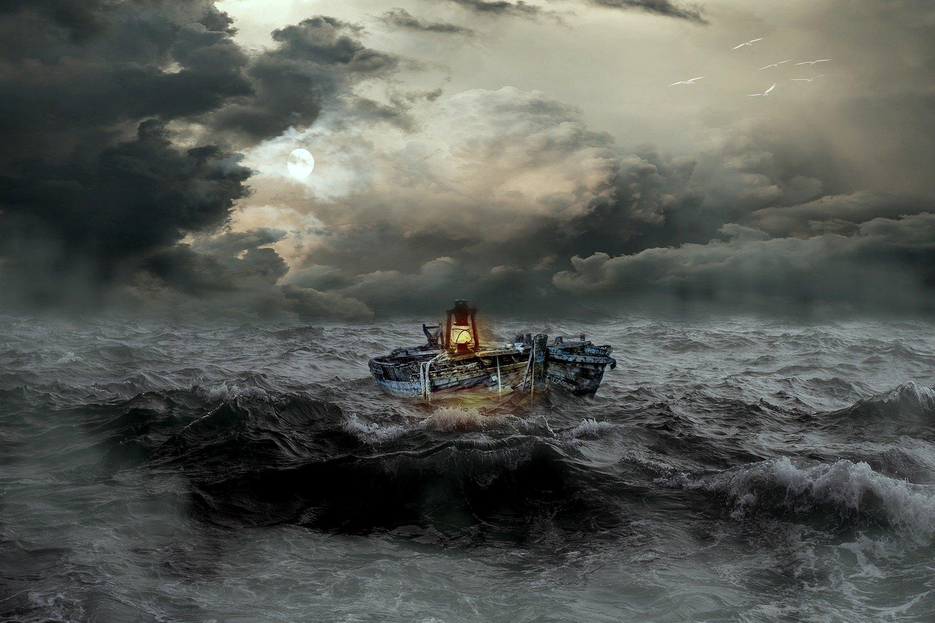 una barca in mezzo al mare in tempesta