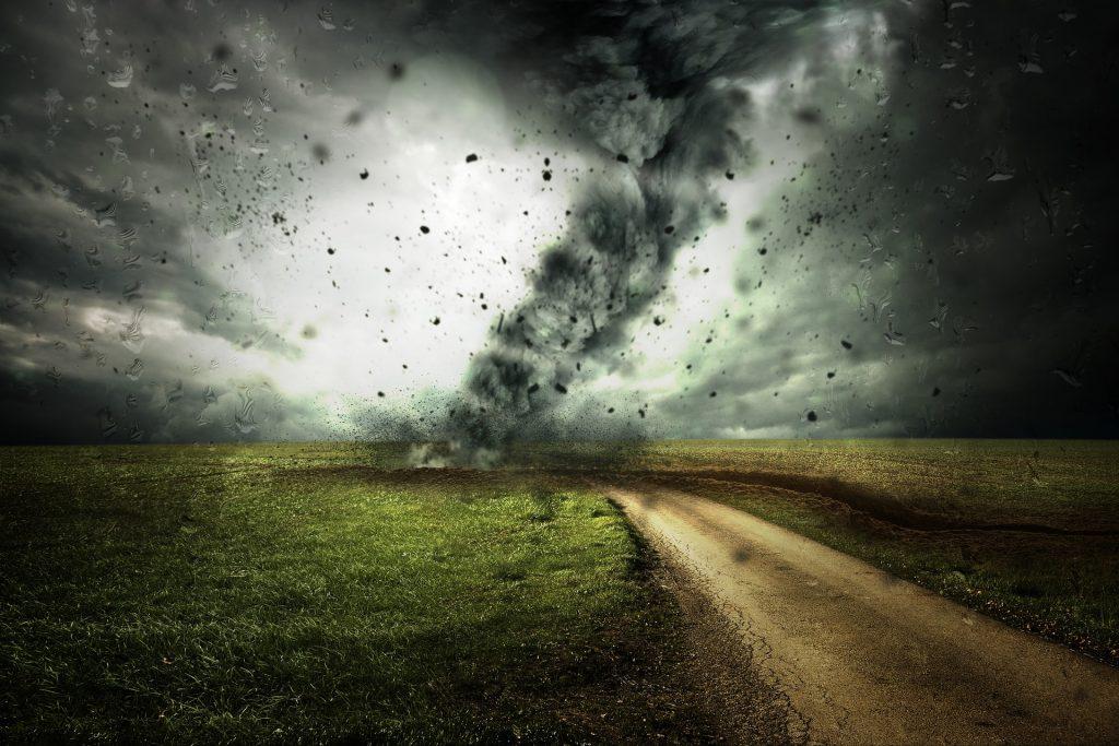 ciclone in arrivo in un paesaggio campestre