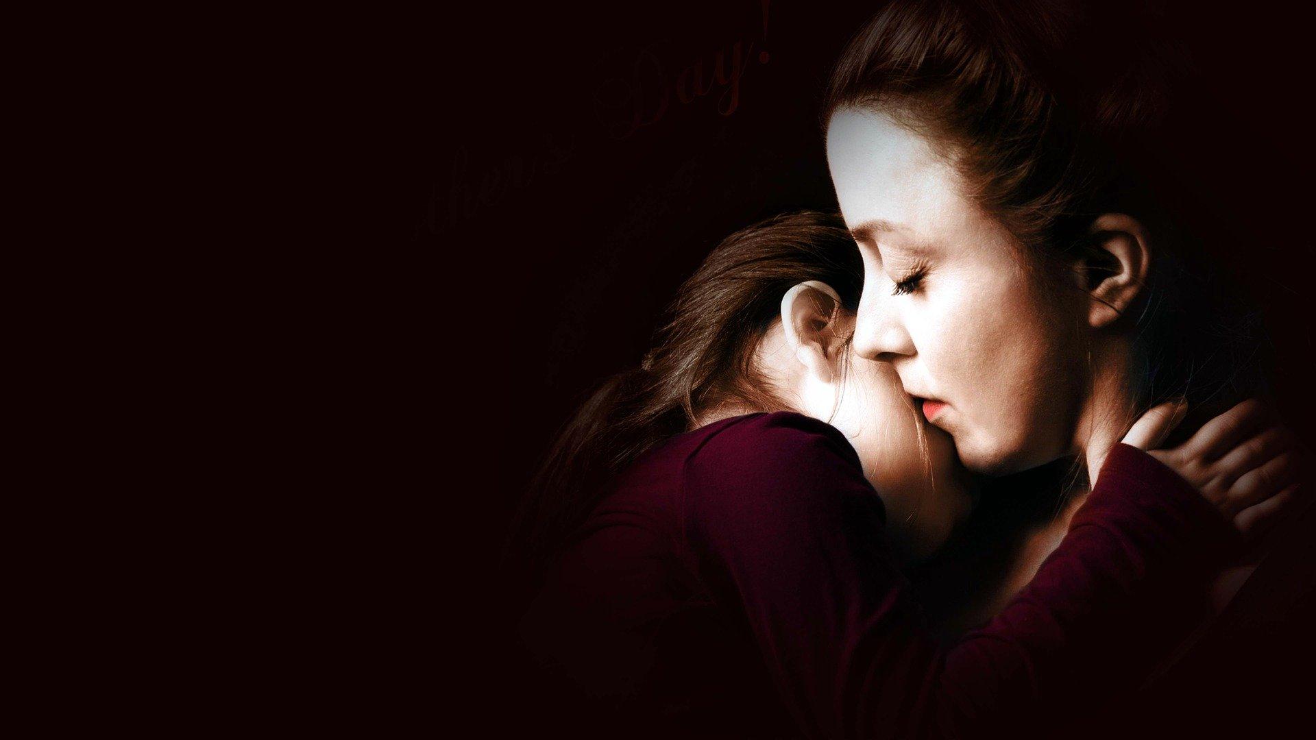 una madre che abbraccia il figlio