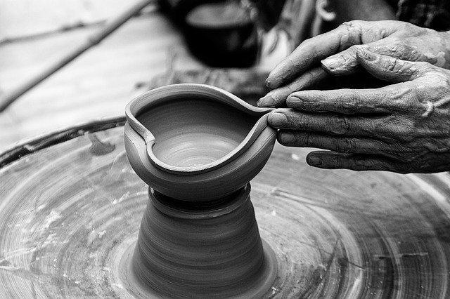 mani modellano l'argilla formando un cuore
