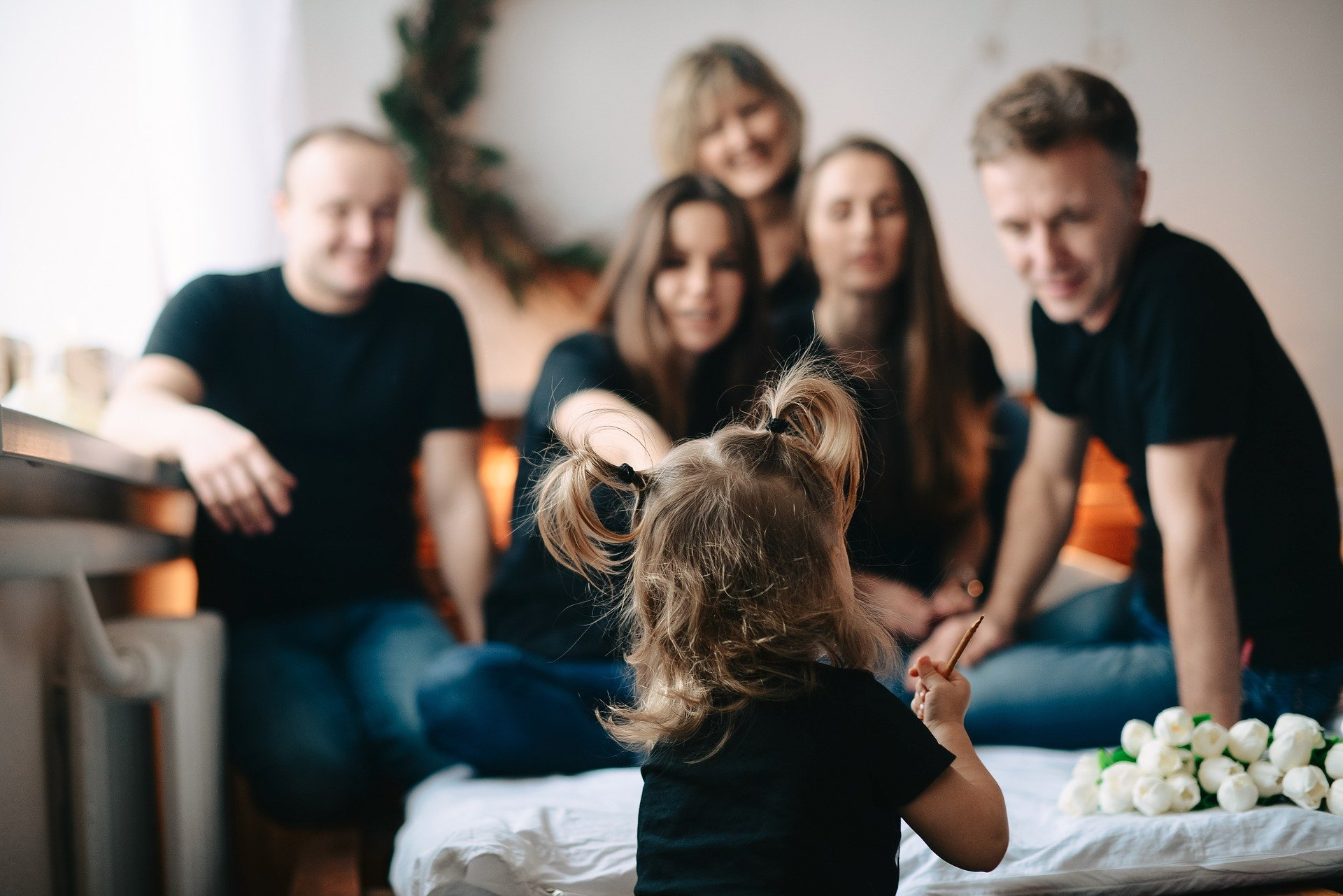 adulti e bambini che parlano e ridono insieme