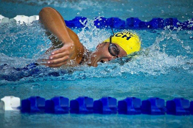 Un nuotatore percorre la vasca di una piscina