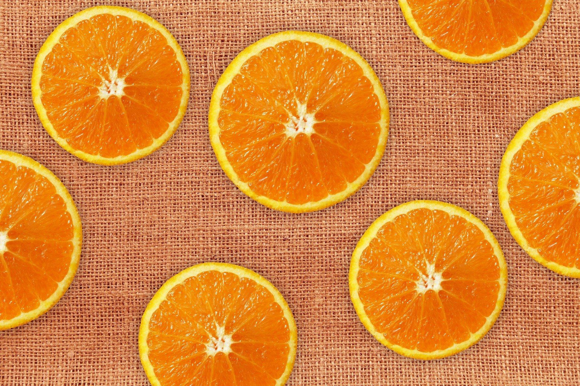 fette di arance su un tessuto nocciola