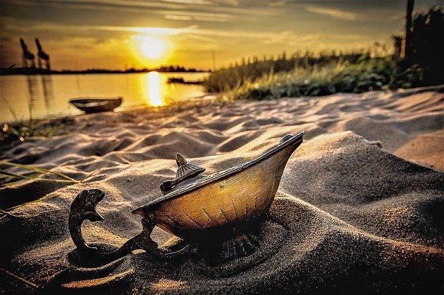 Una lampada come quella di Aladino giace su una spiaggia in attesa di qualcuno che esprima i suoi desideri