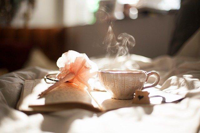 Un the e un diario fanno immaginare una pausa fatta per ritrovarsi e trovare risposte