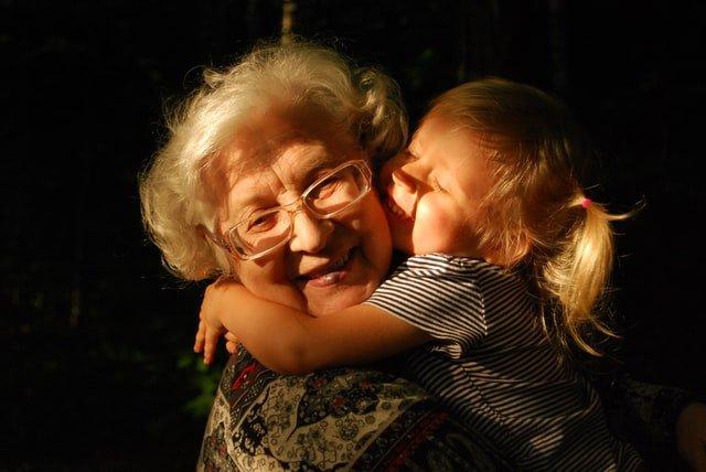 Un abbraccio tra nonna e nipote parla più di tante parole