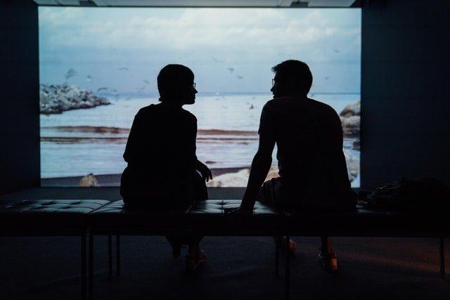 Una coppia si confronta in un momento di distanza e difficoltà