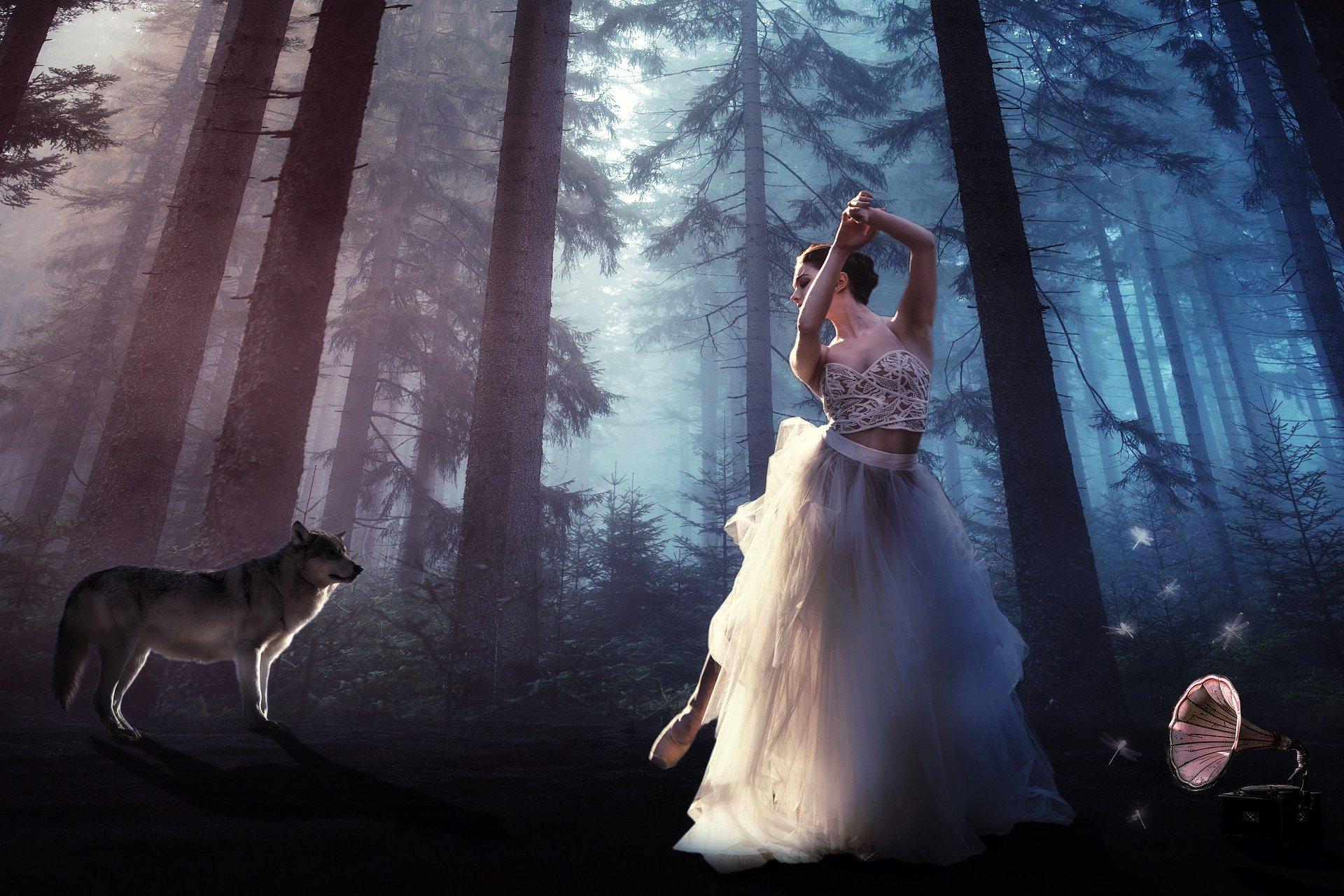 una donna in una foresta che balla osservata da un lupo
