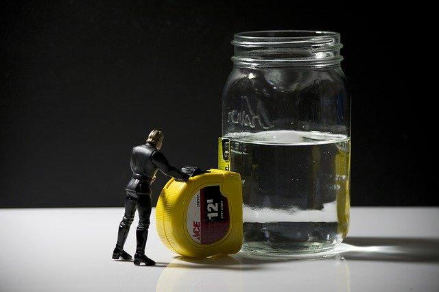 Una sagoma misura l'altezza dell'acqua in un bicchiere