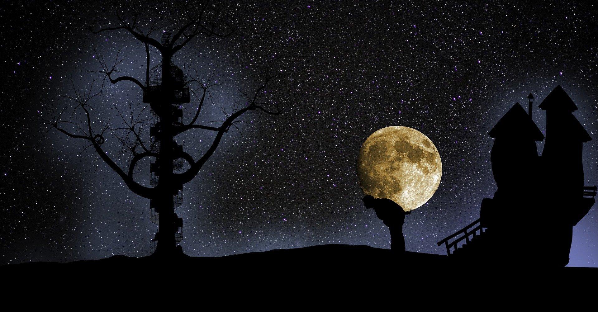 un uomo in ombra che sorregge sulla schiena la luna