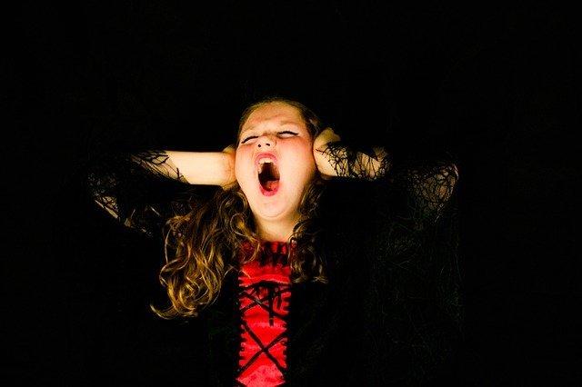Una bambina urla di rabbia e si rifiuta di ascoltare