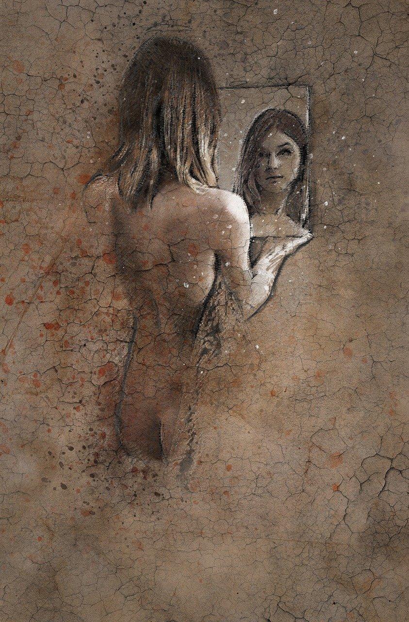 Una donna spogliata si specchia per vedersi nella propria autenticità