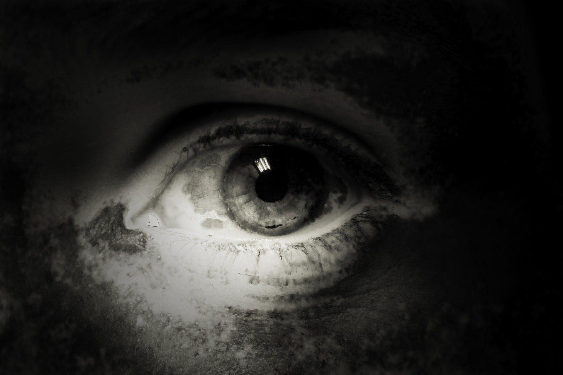 foto in bianco e nero, un occhio triste in primo piano